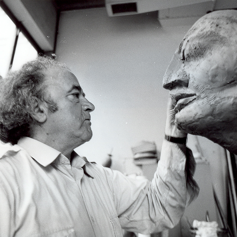 Wander Bertoni mit Skulptur