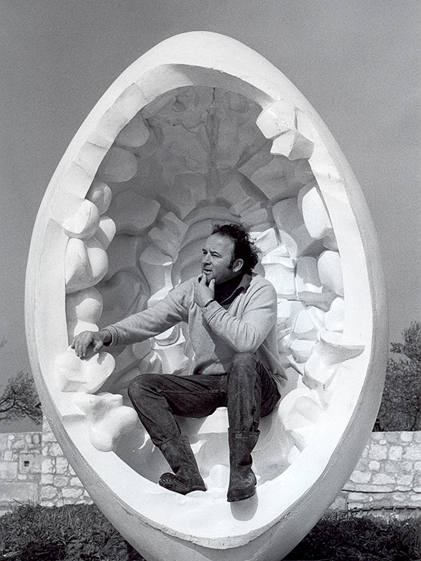 Wander Bertoni sitzend in Ei-Skulptur